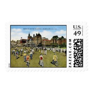 Montando en bicicleta en el paseo marítimo, sello postal
