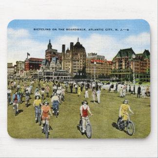 Montando en bicicleta en el paseo marítimo, vintag mouse pads