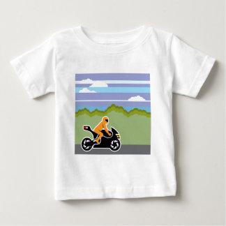 Montar a caballo de la motocicleta playera de bebé