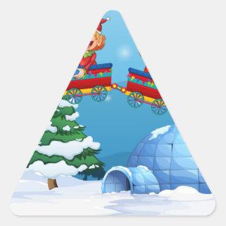 Montar a caballo de Santa y del duende en el tren Pegatina Triangular
