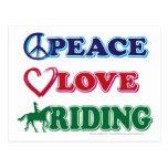 Montar a caballo del amor de la paz postal