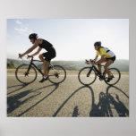 Montar a caballo del camino de los ciclistas en Ma Póster