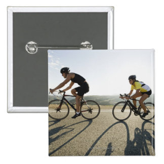 Montar a caballo del camino de los ciclistas en pin cuadrado