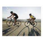 Montar a caballo del camino de los ciclistas en postales