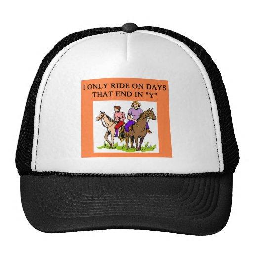 montar a caballo del jinete de lomo de caballo del gorras de camionero
