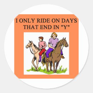 montar a caballo del jinete de lomo de caballo del pegatina redonda