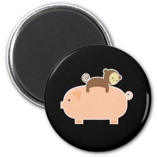 Montar a caballo del mono del bebé en un cerdo imán para frigorifico