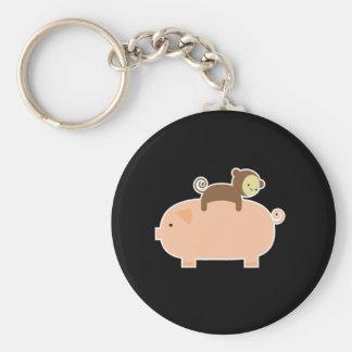 Montar a caballo del mono del bebé en un cerdo llavero redondo tipo pin