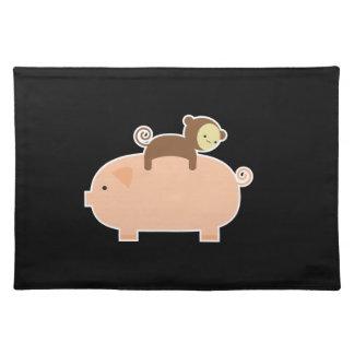 Montar a caballo del mono del bebé en un cerdo mantel individual
