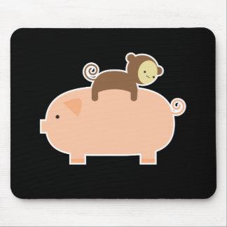 Montar a caballo del mono del bebé en un cerdo mousepad