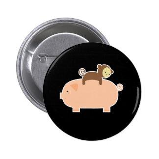 Montar a caballo del mono del bebé en un cerdo pin redondo 5 cm