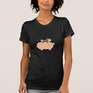 Montar a caballo del mono del bebé en un cerdo camiseta