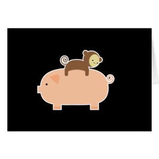 Montar a caballo del mono del bebé en un cerdo tarjeta de felicitación