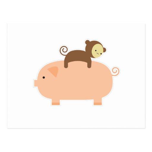 Montar a caballo del mono del bebé en un cerdo postales