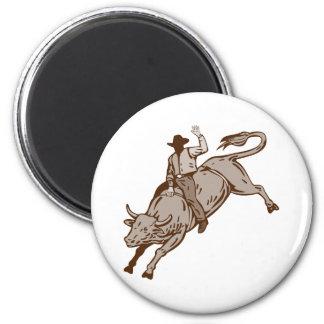 Montar a caballo del toro del vaquero del rodeo iman para frigorífico