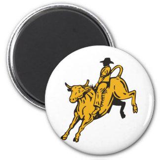 Montar a caballo del toro del vaquero del rodeo imanes de nevera