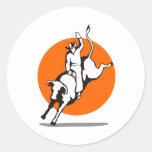 Montar a caballo del toro del vaquero del rodeo pegatina redonda