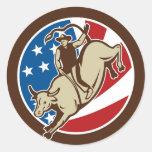 Montar a caballo del toro del vaquero del rodeo etiquetas redondas
