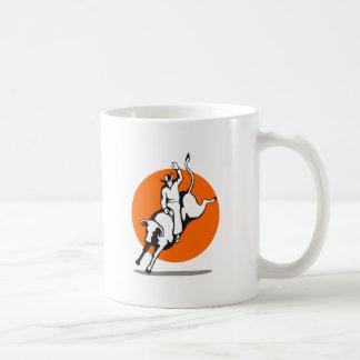 Montar a caballo del toro del vaquero del rodeo tazas de café