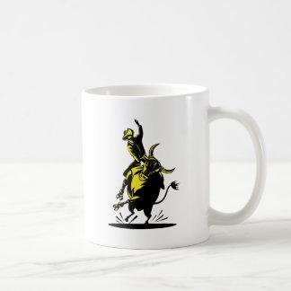 Montar a caballo del toro del vaquero del rodeo taza de café