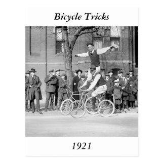 Montar a caballo del truco de la bicicleta los añ postales