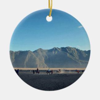 Montar a caballo en arena adorno redondo de cerámica