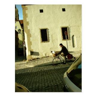 Montar a caballo lento de la bici con su perro tarjeta postal