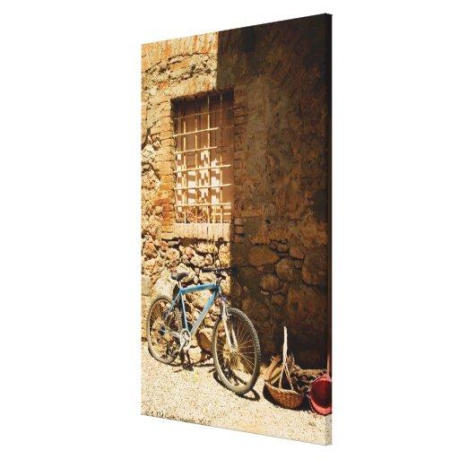 Monte en bicicleta delante de una pared, impresión en lienzo