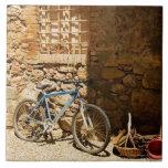 Monte en bicicleta delante de una pared, Monterigg Azulejo Cuadrado Grande