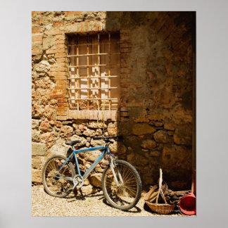 Monte en bicicleta delante de una pared, Monterigg Impresiones