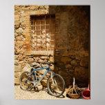 Monte en bicicleta delante de una pared, Monterigg Póster