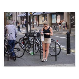 Monte en bicicleta un miniskirt postal