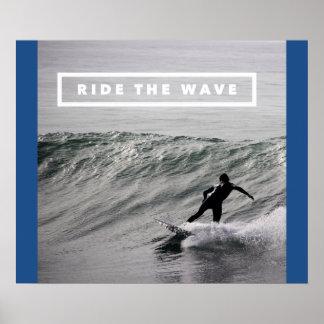 Monte la onda - vídeo que practica surf de póster