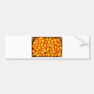 Montón de kumquats anaranjados en caja de cartón pegatina para auto