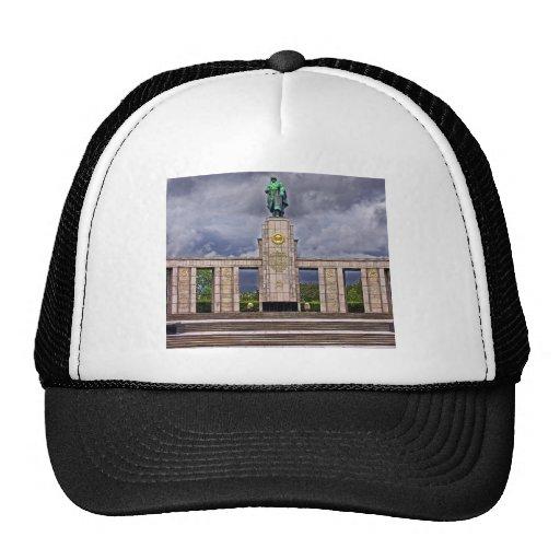 Monumento de guerra, Berlín, soldado y arma soviét Gorras