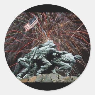 Monumento de guerra del Corp marino con los fuegos Etiquetas Redondas