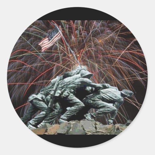 Monumento de guerra del Corp marino con los fuegos Pegatina Redonda