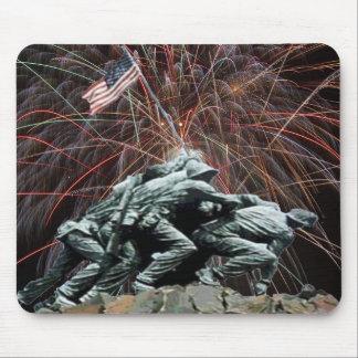 Monumento de guerra del Corp marino con los fuegos Tapete De Raton