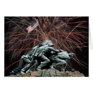 Monumento de guerra del Corp marino con los fuegos Tarjeta De Felicitación