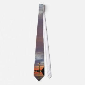 Monumento de Washington en la puesta del sol Corbata