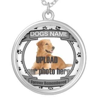 Monumento del perro recordado para siempre colgante redondo
