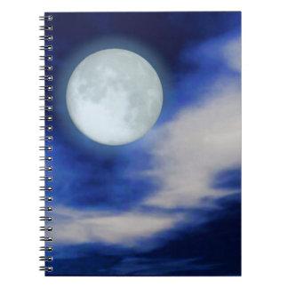 Moonscape con las nubes iluminadas por la luna libreta espiral