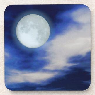 Moonscape con las nubes iluminadas por la luna posavasos