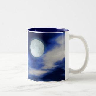 Moonscape con las nubes iluminadas por la luna taza de café