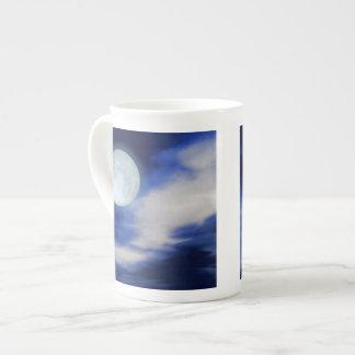 Moonscape con las nubes iluminadas por la luna taza de china