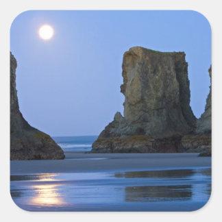 Moonset, playa de Bandon, Oregon Pegatina Cuadrada