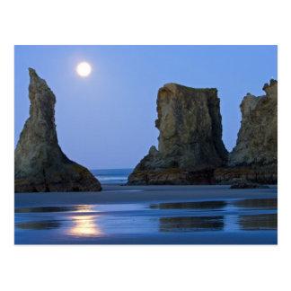 Moonset playa de Bandon Oregon Tarjeta Postal