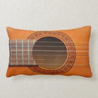 Moreno anaranjado de la guitarra clásica almohadas