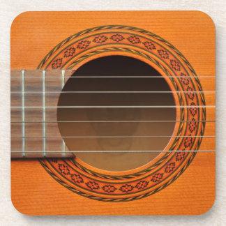 Moreno anaranjado de la guitarra clásica posavasos de bebida