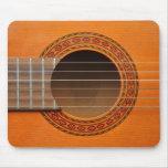 Moreno anaranjado de la guitarra clásica alfombrillas de ratones